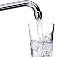 """L'acqua non fa miracoli: """"Bere tanto è inutile"""""""