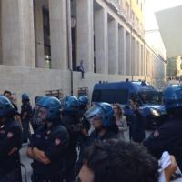 Renzi a L'Aquila: contestazioni e scontri con la polizia