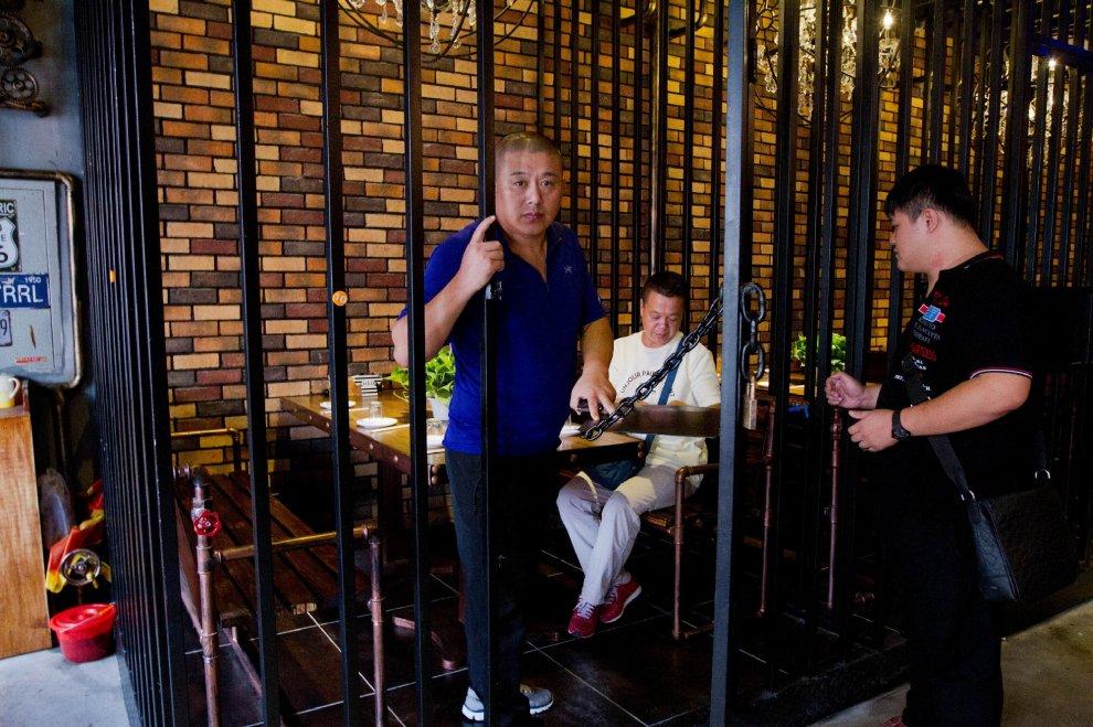 Cina, il fascino del divieto: mangiare dietro le sbarre