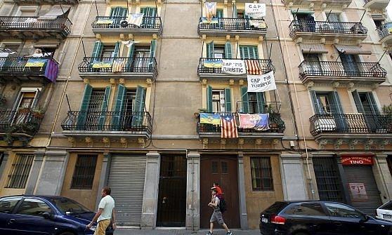 """Barcellona e i turisti. Ora il sindaco Colau attacca AirBnb: """"Stop agli affitti illegali"""""""