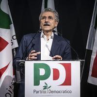 """D'Alema, frecciate per Renzi: """"Si sputa sul passato per fingersi grandi"""""""