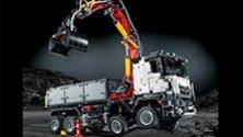 Un camion Mercedes-Benz da tenere in mano