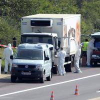Migranti morti nel Tir, vittime sono 71. Arrestate quattro persone
