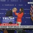 """Trump, prova parrucchino L'invito: """"Tirami i capelli"""""""