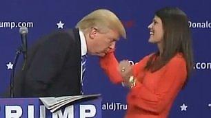 """Trump alla prova parrucchino Alla sostenitrice: """"Tirami i capelli"""""""