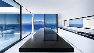 """Geometrie e pareti bianche  la casa """"paradiso"""" di Zante"""