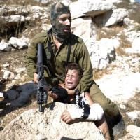 Cisgiordania: le immagini shock del soldato israeliano e il ragazzino palestinese