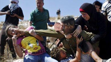 Soldato israeliano perde il controllo  e ferma con violenza 12enne palestinese