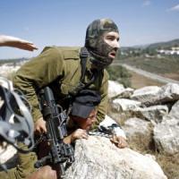Soldato israeliano perde il controllo e ferma con violenza dodicenne palestinese