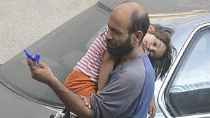 ll venditore di penne e la figlia commuovono la Rete    L'articolo
