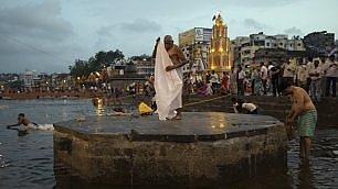 Il raduno del Kumbh Mela, milioni di pellegrini sulle rive del Gange