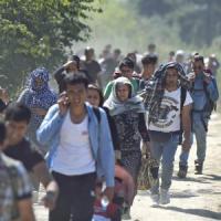 """Migranti: Londra, Parigi e Berlino chiedono vertice Ue. Fabius: """"Scandaloso l'at..."""