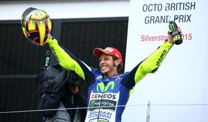 """Rossi trionfa a Silverstone    """"Sono  punti d'oro""""    foto"""