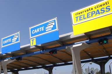 """I guidatori stranieri """"dribblano"""" il casello autostradale"""