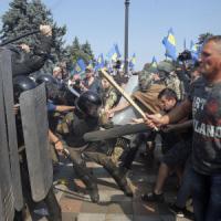 Ucraina, Parlamento vota autonomia a regioni filorusse. Scontri a Kiev, 1 morto e decine...