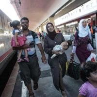 """Migranti, Bruxelles: """"Regole comuni su asilo"""". Austria ferma al confine treni di profughi"""