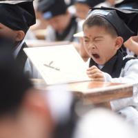 Cina, che fatica diventare grandi: il primo giorno di scuola inizia così
