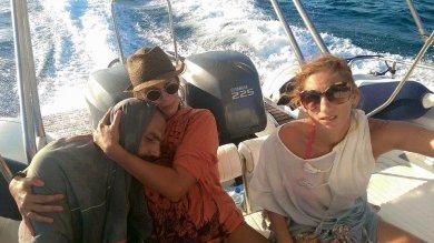Siriano salvato dopo 13 ore in mare   Foto  L'abbraccio con la turista greca