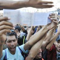 """Migranti, caos a Budapest: """"È colpa di Merkel e della Ue"""". A migliaia verso Austria e..."""