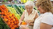 Un over 60 su due fatica nel fare la spesa