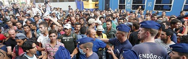 Profughi, caos Budapest: 'Colpa di Merkel'   video