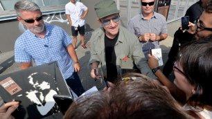 Bono mantiene la promessa autografi e selfie con i fan   -  foto