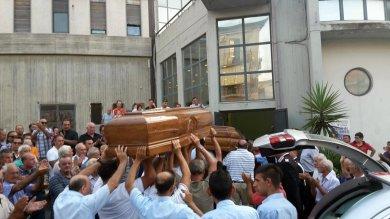 """Palagonia, funerali tra rabbia e tensione Il vescovo: """"Nessuno si senta innocente""""   Video  """"Troppo dolore, colpa dello Stato"""""""