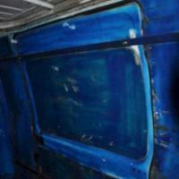Profughi, il viaggio di 24 teenager sul furgone: porte sprangate e sbarre ai finestrini