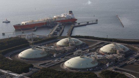 Calo petrolio, le navi allungano le loro rotte: il giro del Capo preferito a Suez