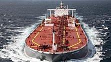 Cala il petrolio, le navi allungano le rotte: il giro del Capo preferito a Suez