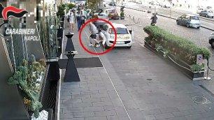 Scippa turista e fugge in moto via l'orologio da 35 mila euro
