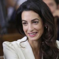 Amal Clooney contro Cherie Blair: sfida legale per le Maldive