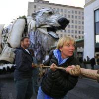 Gb, orso polare davanti alla sede di Shell: la protesta di Greenpeace