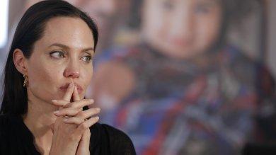 """Angelina Jolie abbandona Halo Trust """"Nella fondazione compensi da capogiro"""""""