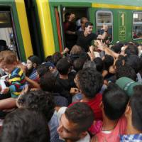 """Ungheria, riaperta stazione a Budapest: migranti assaltano treni. Orban: """"Problema..."""