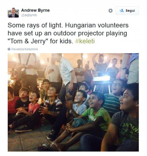 """Budapest, i bambini rifugiati alla stazione guardano """"Tom&Jerry"""""""