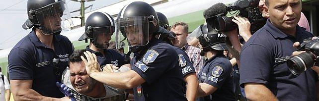 Ue: sanzioni a paesi che rifiutano quote profughi Budapest, nuovo assalto ai treni   video 1   -   2     foto