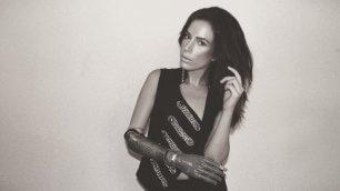New York, il coraggio di Rebekah  in passerella con il braccio bionico
