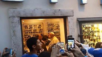Roma, Papa in negozio del centro     video   per cambiare lenti degli occhiali   foto