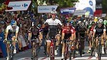 Van Poppel fora, rientra  e vince anche lo sprint  Aru resta in maglia rossa  di LUIGI PANELLA