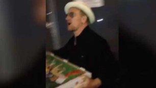 Bono fa il pizza boy per i fan    Foto     Vd   L'omaggio  degli U2 alla città