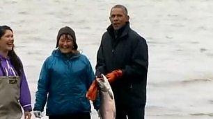 """Salmone depone uova sulle scarpe   Barack: """"È felice di vedermi""""    Vd  Il presidente balla coi bambini"""