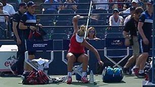 Punto perso, distrugge racchetta E il pubblico fischia la tennista