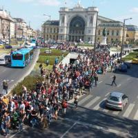 Stop ai treni, migranti partono a piedi da Budapest all'Austria