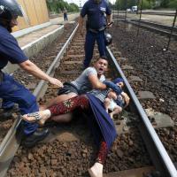 La protesta di una famiglia siriana, sui binari per disperazione