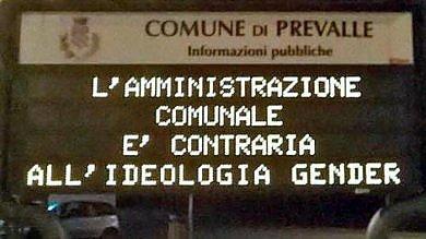 """Gender, i manifesti del libraio di Varese:  """"Diciamo no alla censura nelle scuole"""""""