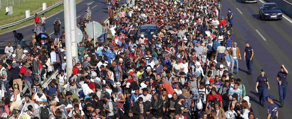 Migranti in marcia, a piedi verso l'Austria. Merkel e Hollande: subito i centri di registrazione
