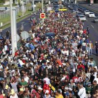 Migranti in marcia, a piedi verso l'Austria. Merkel e Hollande: subito i centri di...