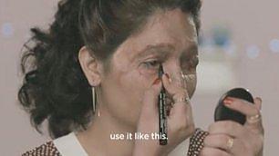 Reshma, sfigurata dall'acido Si trucca contro la violenza
