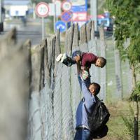 Migranti, in 300 fuggono dal campo profughi di Roszke